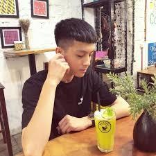 Anh Chàng đẹp Trai Ngồi Trong Quán Uống Ly Cafe