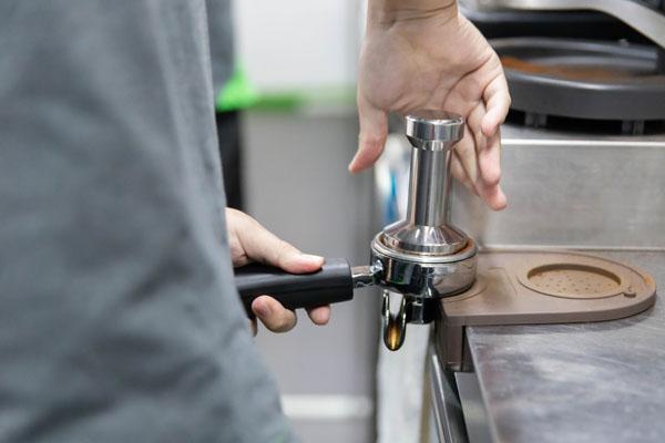 dùng tamper nén cafe