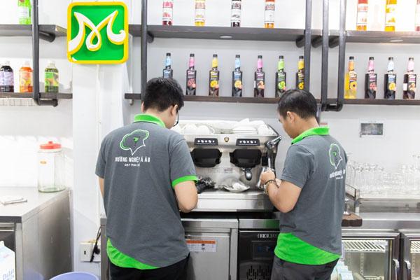 học viên thực hành pha chế cafe